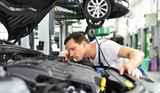 Selon la loi, vous devez faire effectuer le contrôle technique au 4 ans de votre voiture, à partir de la date d'anniversaire de la 1ère immatriculation s'il s'agit d'un véhicule neuf, puis tous les 2 ans s'il s'agit d'un véhicule d'occasion de plus de 4 ans. Toutefois rien ne vous empêche de devancer l'appel, vous pouvez passer le contrôle technique dans les 6 mois avant les 4 ans de votre voiture, ou avant les deux ans de votre visite périodique, la date d'anniversaire de votre précédent contrôle étant la date butoir. Mais dès le lendemain de cette date butoir, vous encourrez une amende.